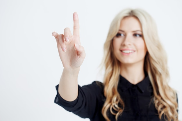Selbstbewusste geschäftsdame, finger zu bildschirm berührend, digitalen bildschirm mit finger berührend
