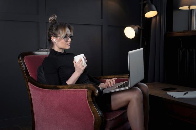 Selbstbewusste geschäftsfrau, die an ihrem laptop arbeitet