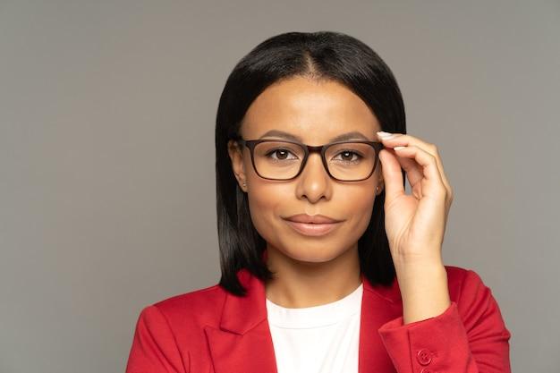 Selbstbewusste geschäftsfrau oder couch-touch-brille, die bereit ist, sich mit geschäftspartnern oder investoren zu treffen
