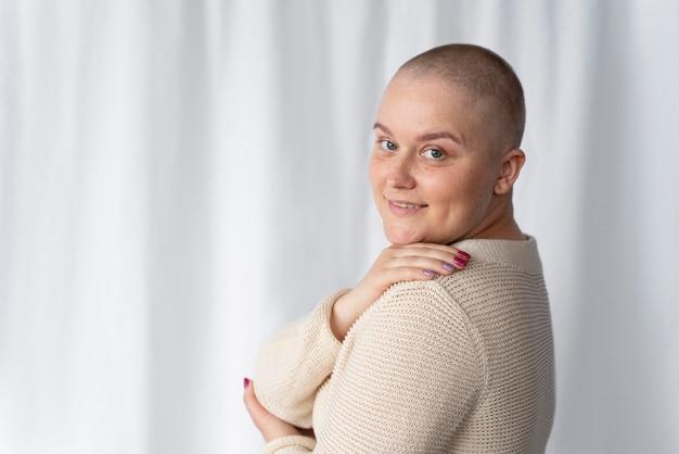Selbstbewusste junge frau, die gegen brustkrebs kämpft