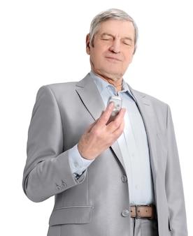 Selbstbewusster älterer geschäftsmann mit handy.