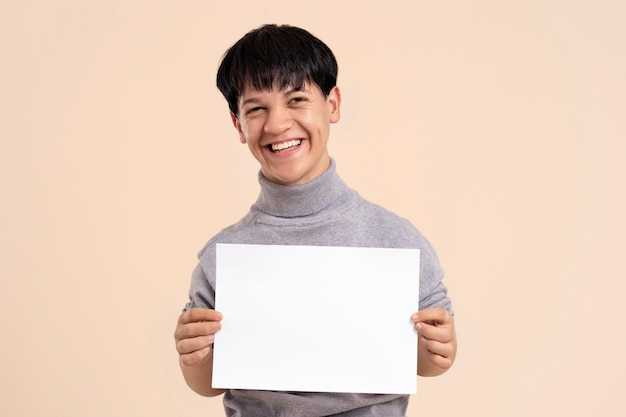 Selbstbewusster asiatischer mann mit zwergwuchs posiert
