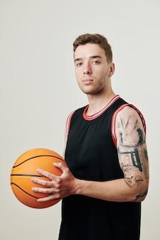 Selbstbewusster basketballspieler