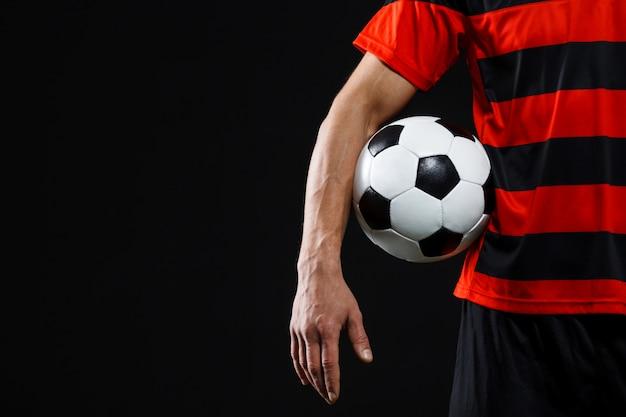 Selbstbewusster fußballspieler mit ball, fußball spielen