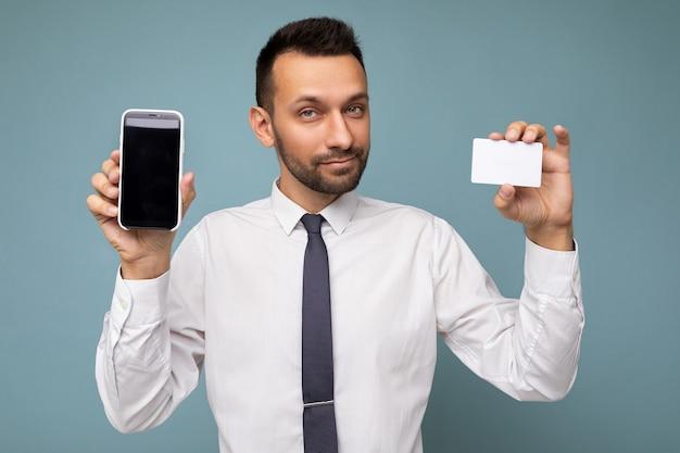 Selbstbewusster hübscher gut aussehender brunet-geschäftsmann mit bart, der lässiges weißes hemd und krawatte trägt