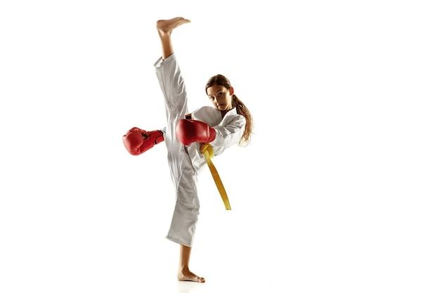 Selbstbewusster junior im kimono, der hand-to-hand-kampfkünste praktiziert
