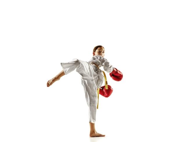 Selbstbewusster junior im kimono, der nahkampf und kampfkunst praktiziert