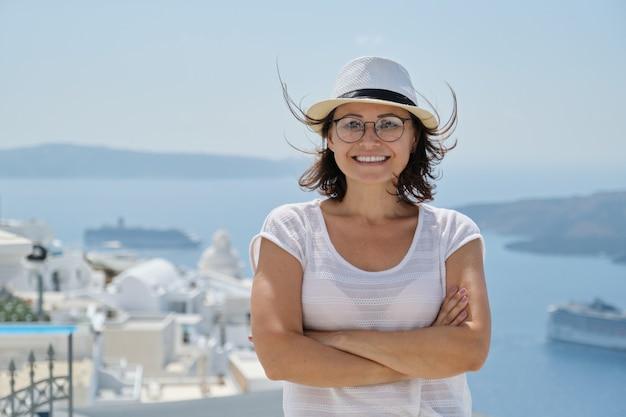 Selbstbewusster lächelnder tourist, der auf luxuskreuzfahrt im mittelmeer reist