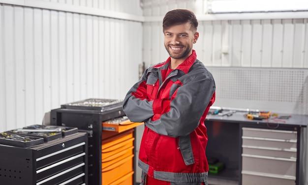 Selbstbewusster männlicher mechaniker in der werkstatt