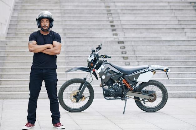 Selbstbewusster motorradfahrer