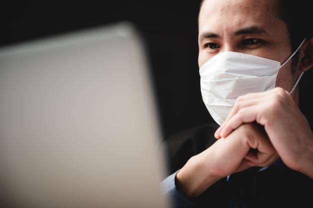 Selbstbewusster professioneller geschäftsmann, der mit laptop an einem modernen büroarbeitsplatz arbeitet, leitender manager mit computertechnologie, männlicher geschäftsmann, unternehmer-startup