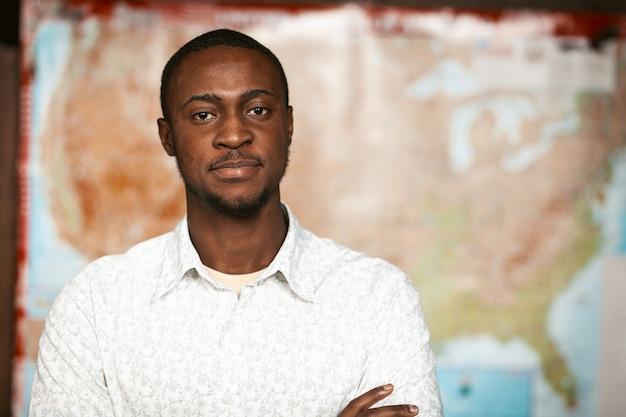 Selbstbewusster schwarzer mit verschwommener amerikanischer karte