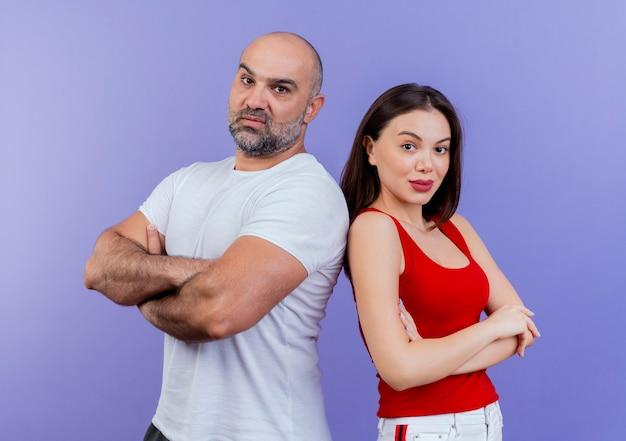 Selbstbewusstes erwachsenes paar, das mit geschlossener haltung schaut
