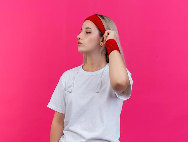Selbstbewusstes junges kaukasisches sportliches mädchen mit zahnspangen