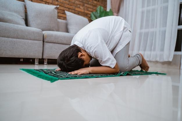Selbstbewusstes muslimisches kind in einem koko-hemd