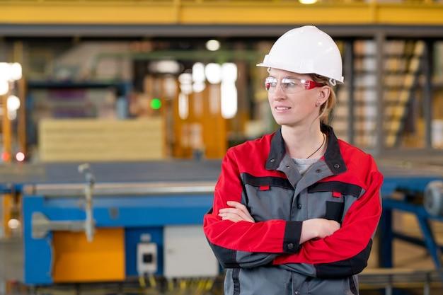 Selbstbewusstes porträt eines fabrikingenieurs