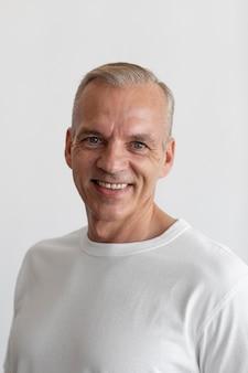 Selbstbewusstes porträt eines mannes mittleren alters