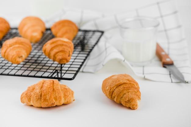 Selbstgemachte croissants der nahaufnahme mit milch