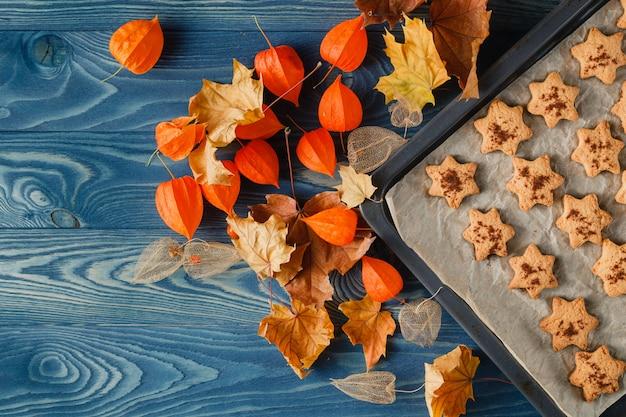 Selbstgemachte lebkuchenplätzchen des halloween über hölzernem hintergrund