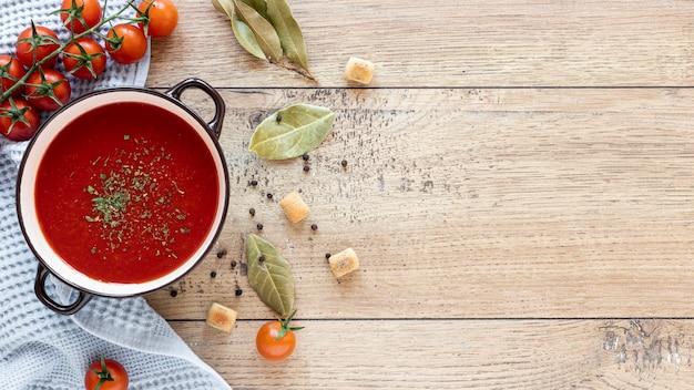 Selbstgemachte suppe der draufsicht auf hölzernem hintergrund
