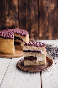 Selbstgemachter kuchen der geburtstagsblaubeere mit mit einem stück kuchen