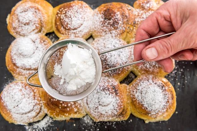 Selbstgemachtes backen mit puderzucker als traditionelle feiertagsplätzchen-nahaufnahme. süß lecker
