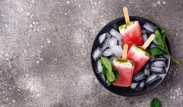 Selbstgemachtes eis am stiel in form einer wassermelone