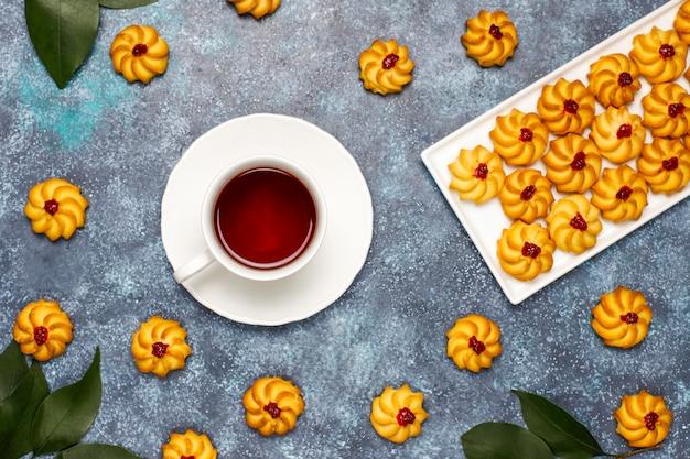 Selbstgemachtes shortbread mit marmelade. baku-kurabye plätzchen auf dunkler oberfläche