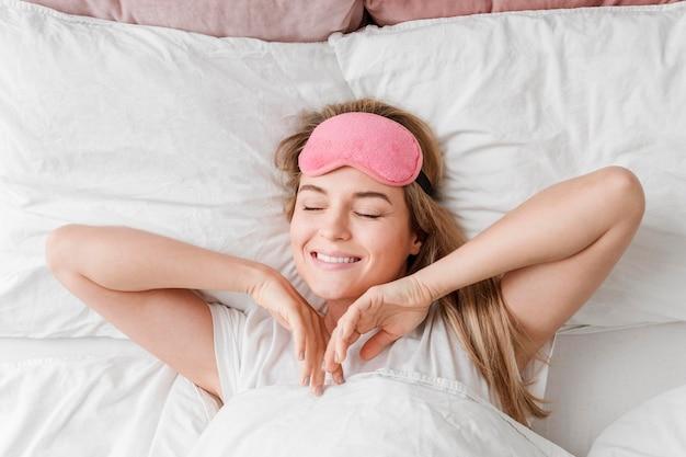Selbstpflege schönheitsschlaf mit frau