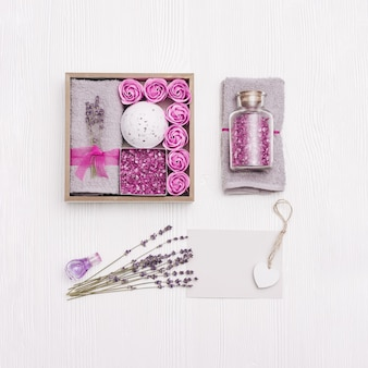 Selbstpflegepaket, geschenkbox mit lavendelaroma und kosmetikprodukten. personalisiertes umweltfreundliches geschenk