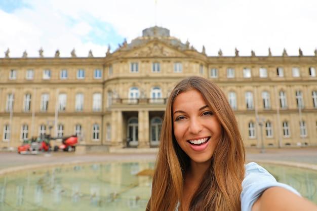 Selbstporträt der lächelnden jungen frau in stuttgart, deutschland