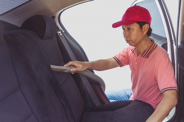 Selbstservice-personalreinigung des innenraums des autos mit staubsauger
