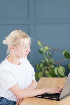 Selbstständige frau, die auf laptop schreibt. freiberufliche arbeit oder remote-job.