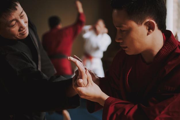 Selbstverteidigungstraining im fitnessstudio mit sensei