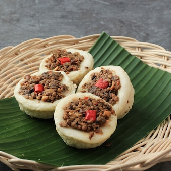 Selected focus kue talam oncom traditioneller gedämpfter cup cake aus indonesien mit oncom topping