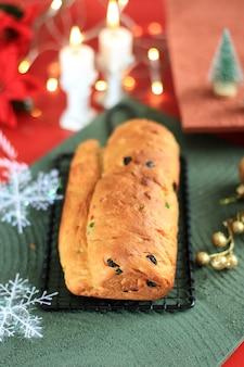 Selected focus weihnachtsstollen traditioneller obstbrotstollen festtagssnacks für die familie vor dem bestäuben mit zuckerpulver, frisch gebacken