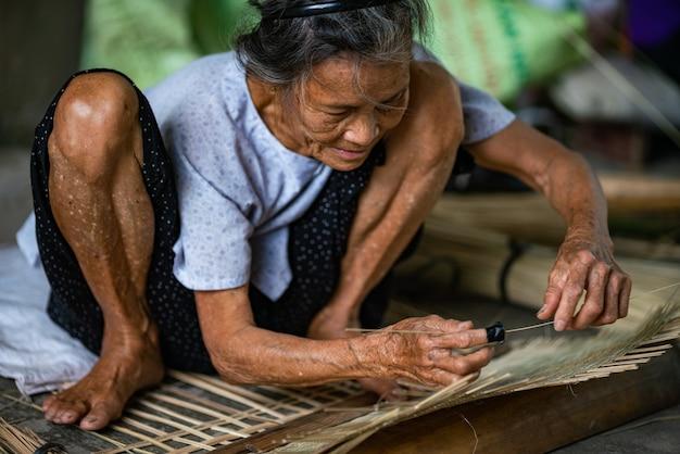 Selektive fokusaufnahme einer beschäftigten person, die sich auf die arbeit in hanoi, vietnam konzentriert