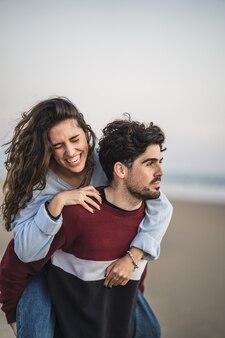 Selektive fokusaufnahme eines glücklichen kaukasischen paares aus spanien am strand