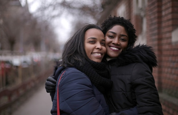 Selektive fokusaufnahme von zwei umarmten freundinnen auf der straße