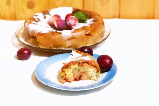 Selektive weichzeichnung der rustikalen art des pflaumenkuchens