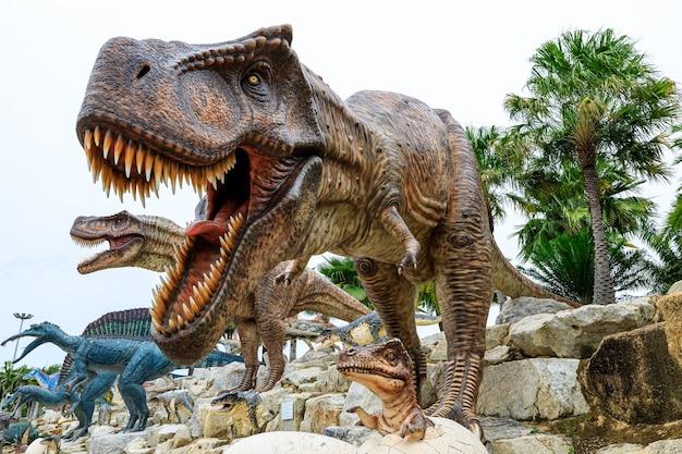 Selektiver fokus auf das auge große braune dinosauriermutter und -kind im ei im stuckzoo