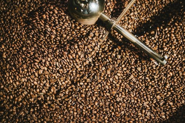 Selektiver fokus beim rösten von kaffeebohnen für kaffeespezialitäten