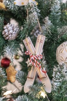 Selektiver fokus der natürlichen handgemachten dekoration des weihnachtsbaums