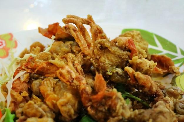 Selektiver fokus der weichen krabbe gebraten mit knoblauch. thailändische art meeresfrüchte.