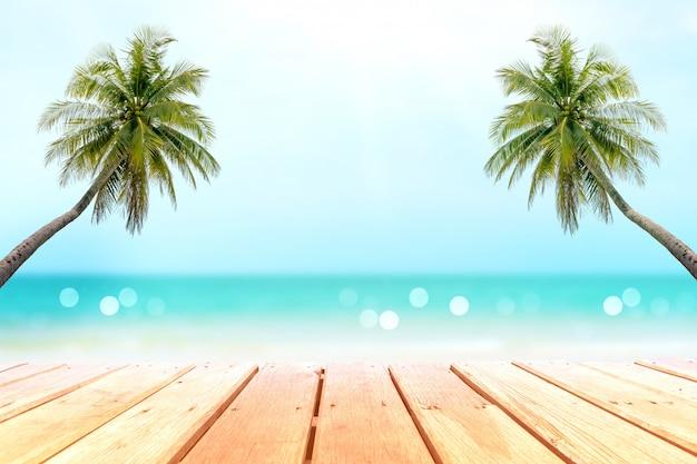 Selektiver fokus des alten holztischs mit schönem strandhintergrund für die anzeige ihres produktes.