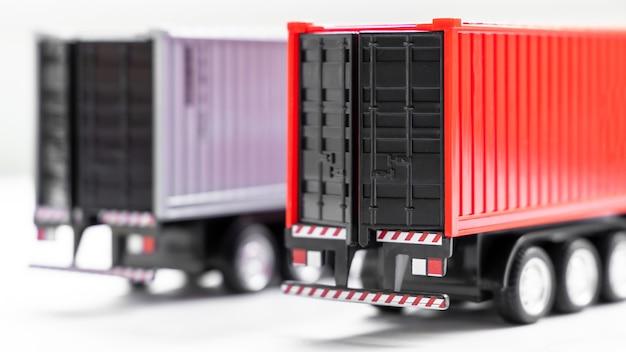 Selektiver fokus des container-lkw auf weißem hintergrund, parken des anhänger-container-lkw im lager, globales geschäftslogistik- und transportschifffahrtsunternehmen.