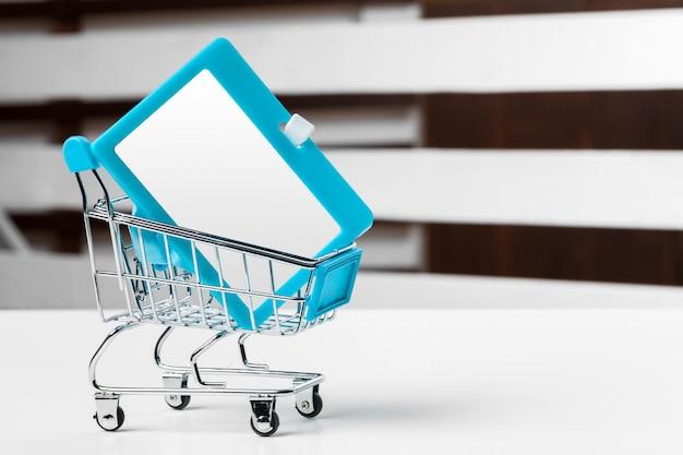 Selektiver fokus des einkaufswagens oder der laufkatze mit leerem ausweispapier