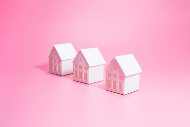 Selektiver fokus des modellhauses auf pink