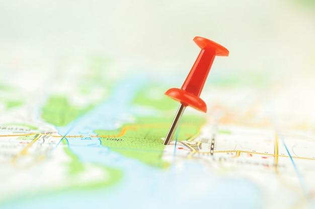 Selektiver fokus des push-pin auf der karte, rote markierung auf dem navigationskartenkonzeptfoto