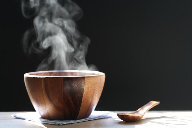 Selektiver fokus des rauches steigend mit heißer suppe in der schale